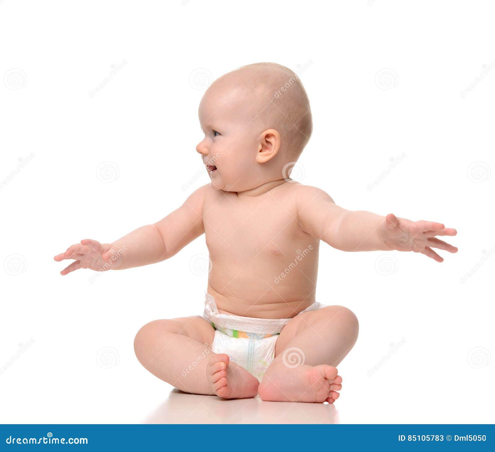 64e23bcb16ae7 Se reposer infantile d enfant en bas âge de bébé d enfant nu dans la couche-culotte  regardant le coin souriant avec la diffusion ouverte de mains ...