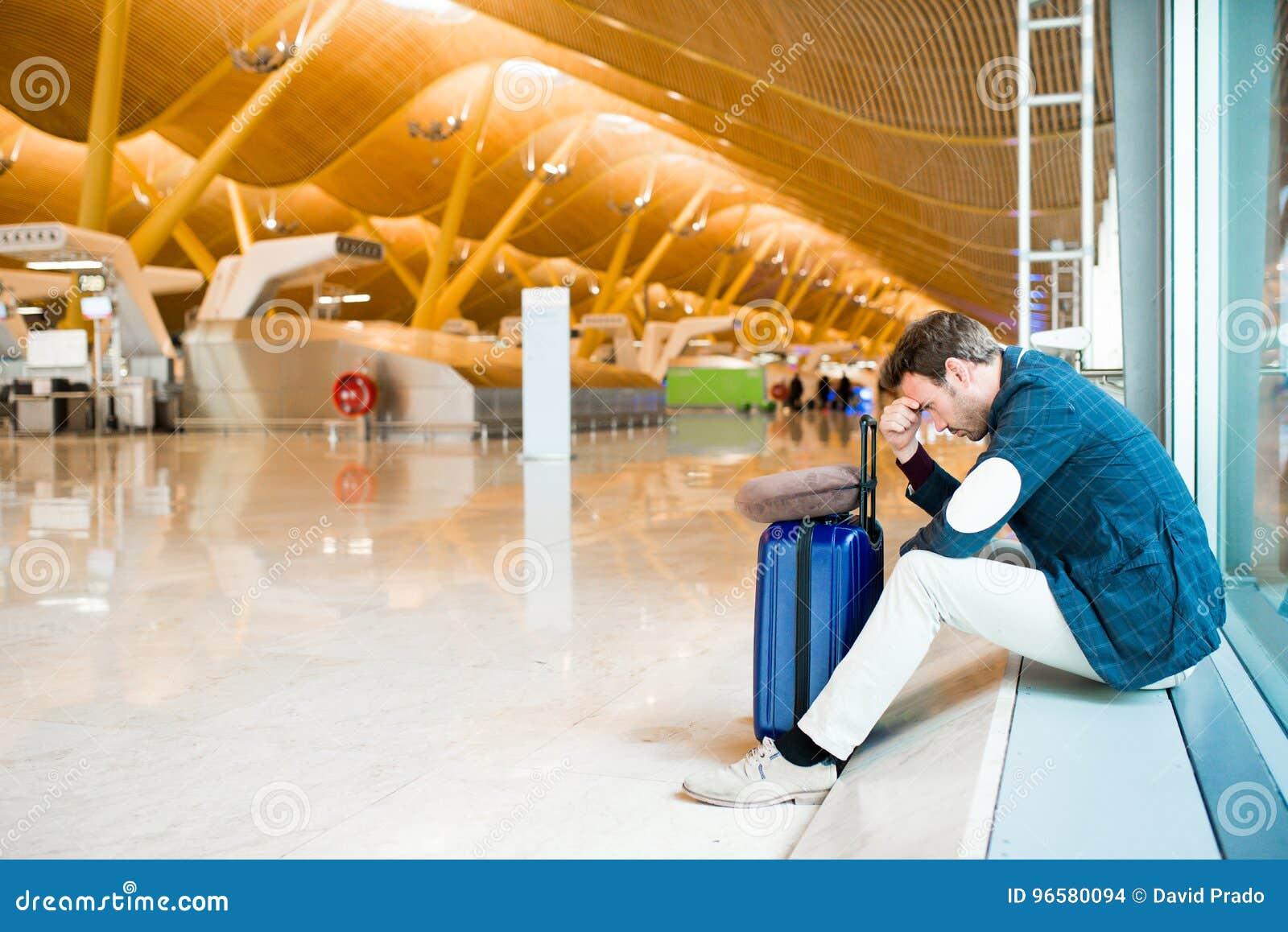 Se retrasa el trastorno del hombre, triste y enojado en el aeropuerto su vuelo