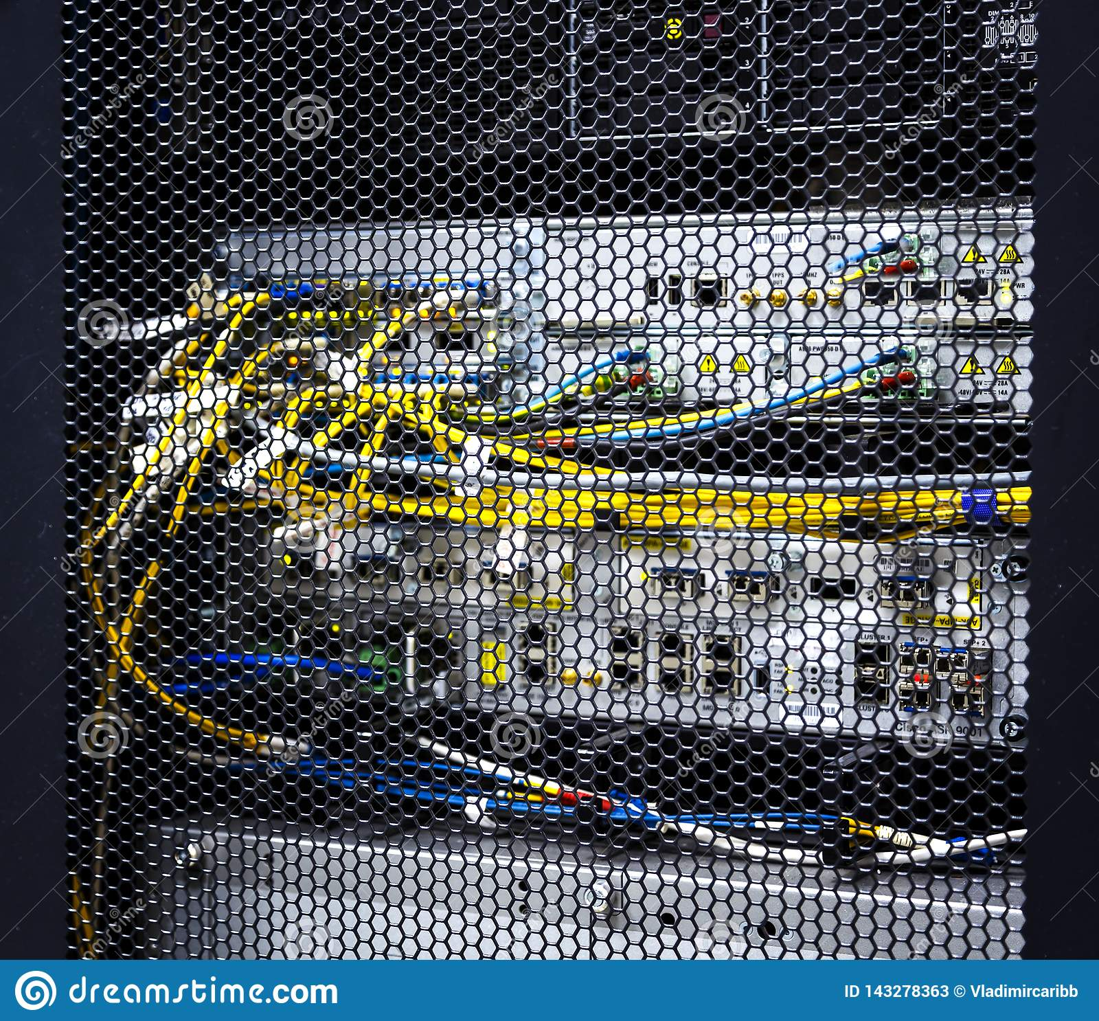 Se till och med honungskakamodelldörrar inom den moderna stora dataserverkuggen i datorhall med maskinvara för nätverksserveror o