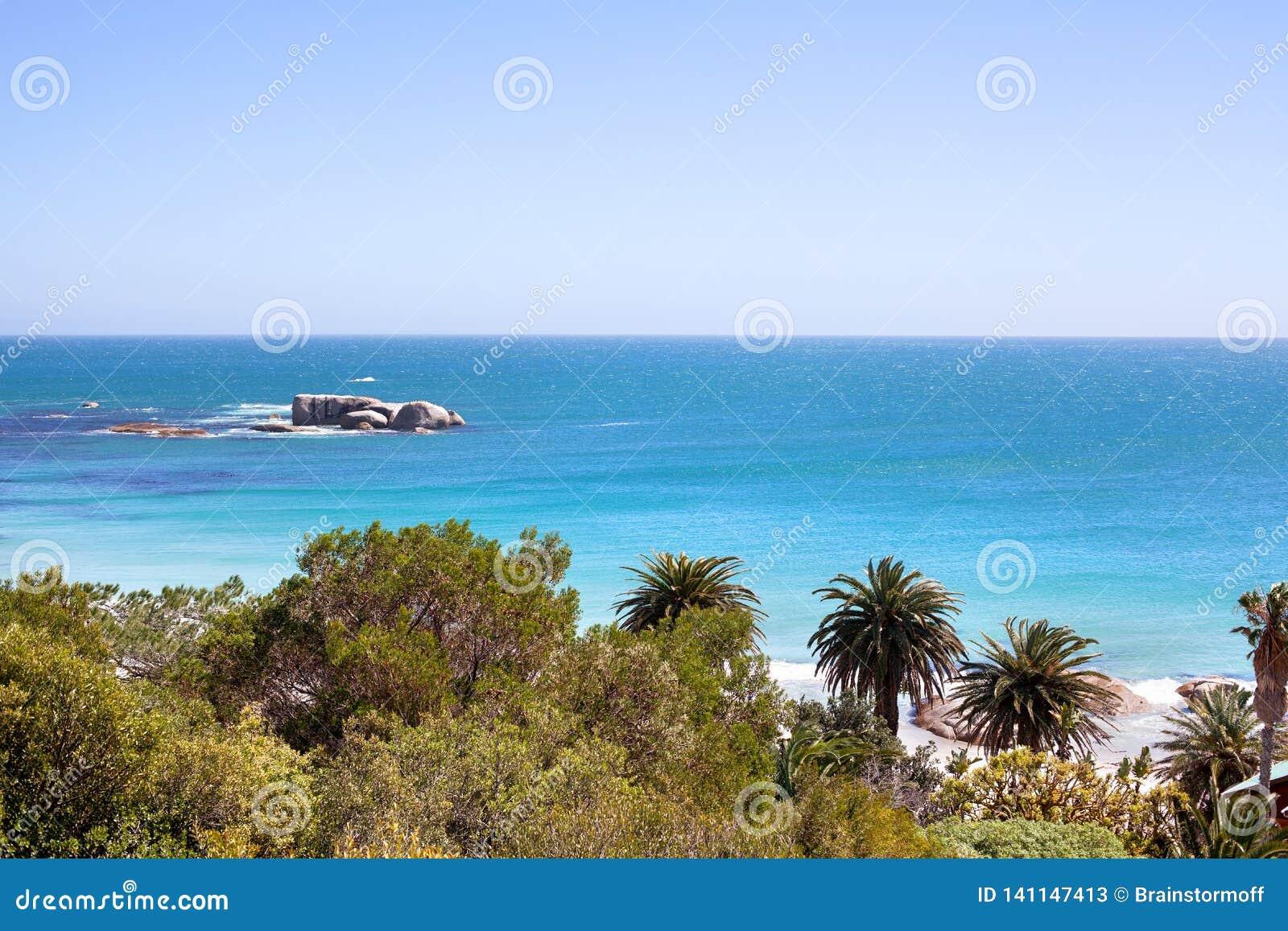 Seascape, água do oceano de turquesa e panorama do céu azul, paisagem bonita da natureza do mar, curso da costa de Cape Town, Áfr