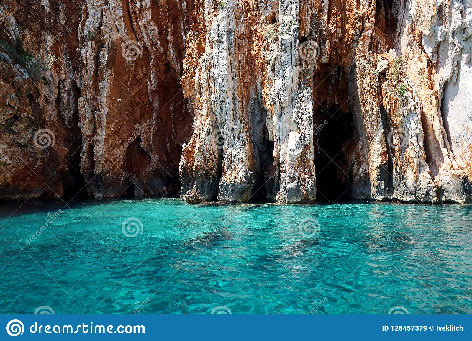 Seascape η άποψη στα τυρκουάζ νερά της αδριατικής θάλασσας στο νησί Hvar Κροατία, μπλε ανασκάπτει Διάσημος προορισμός ταξιδιού να