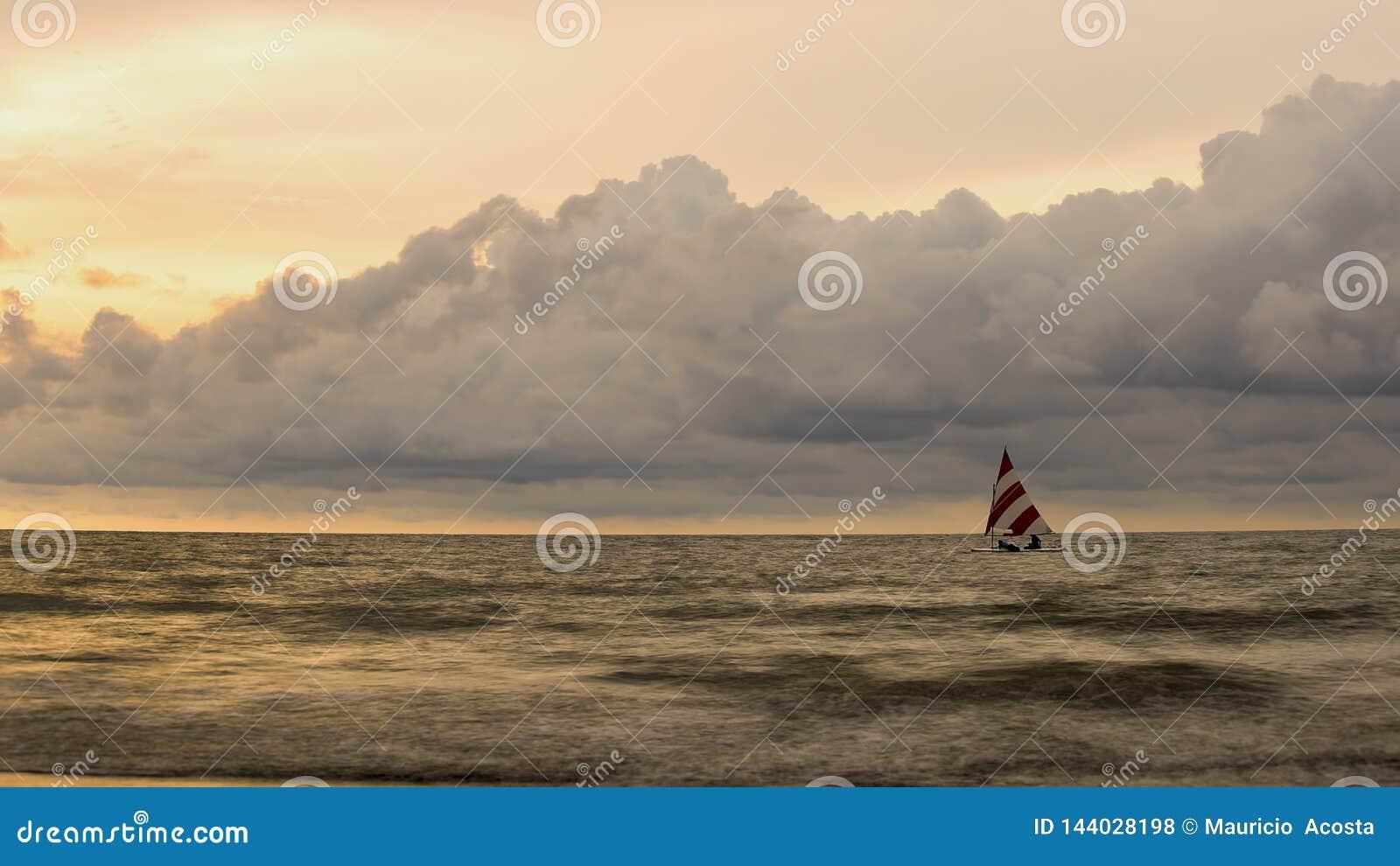Seascape с маленьким парусником