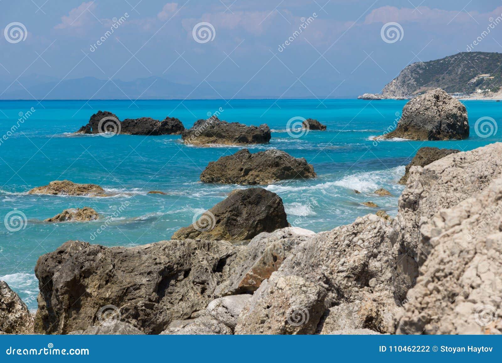 Seascape av blått vatten av Megali Petra Beach, Lefkada, Ionian öar, Grekland