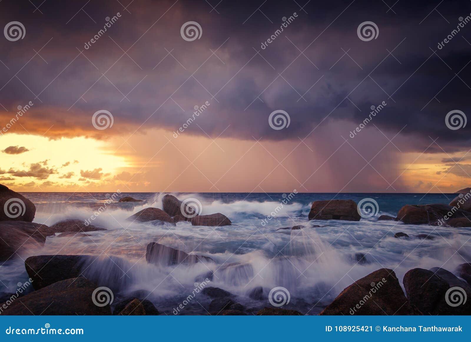 Seascape av vågen och strom vaggar på, lång exponering på solnedgången på