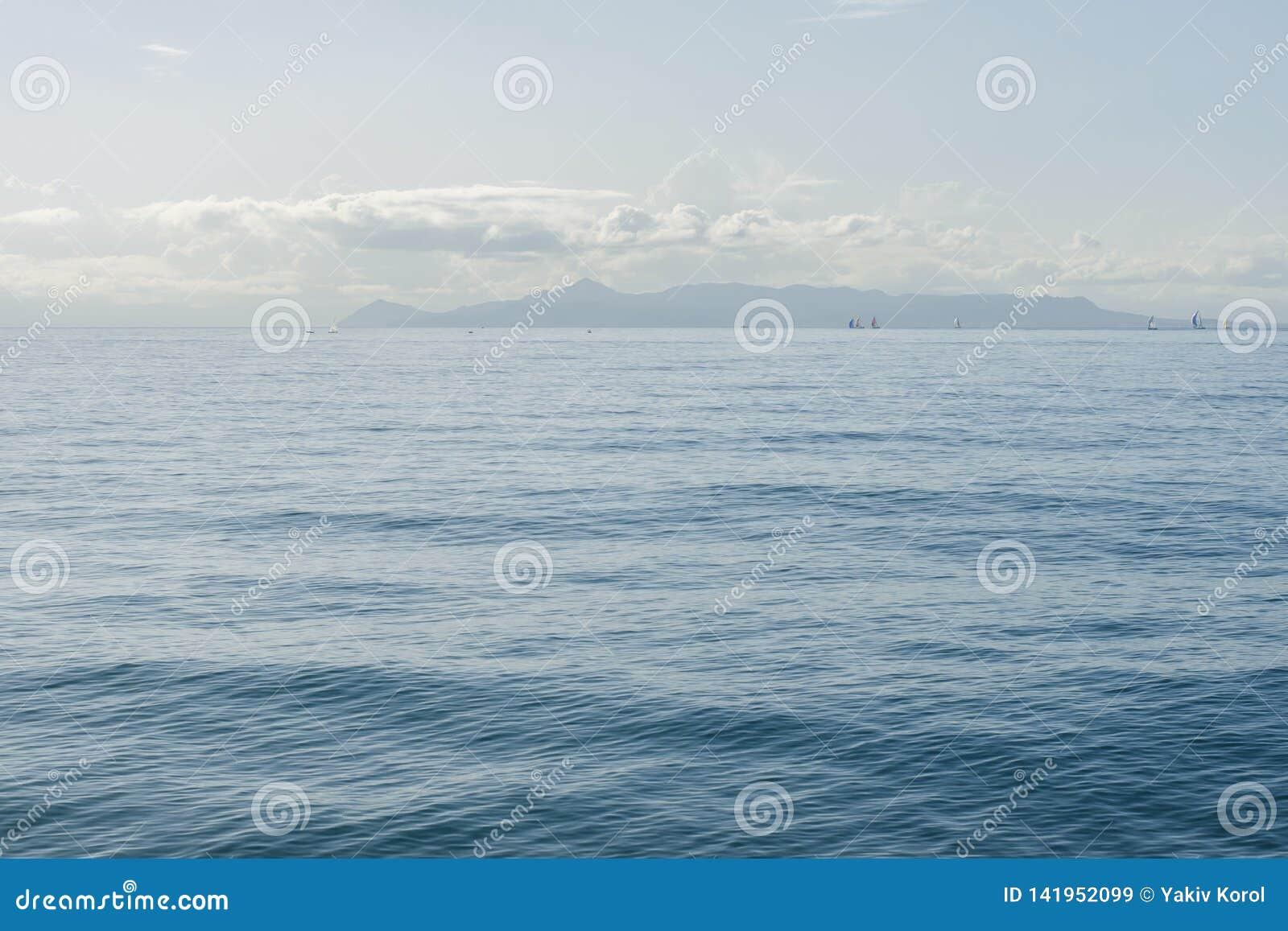 Seascape com horizonte de mar e o céu azul profundo quase claro Atenas, Grécia