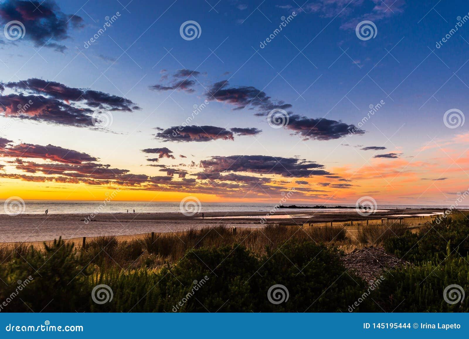 Seascape do por do sol glorioso na praia de Glenelg, Adelaide, Austrália