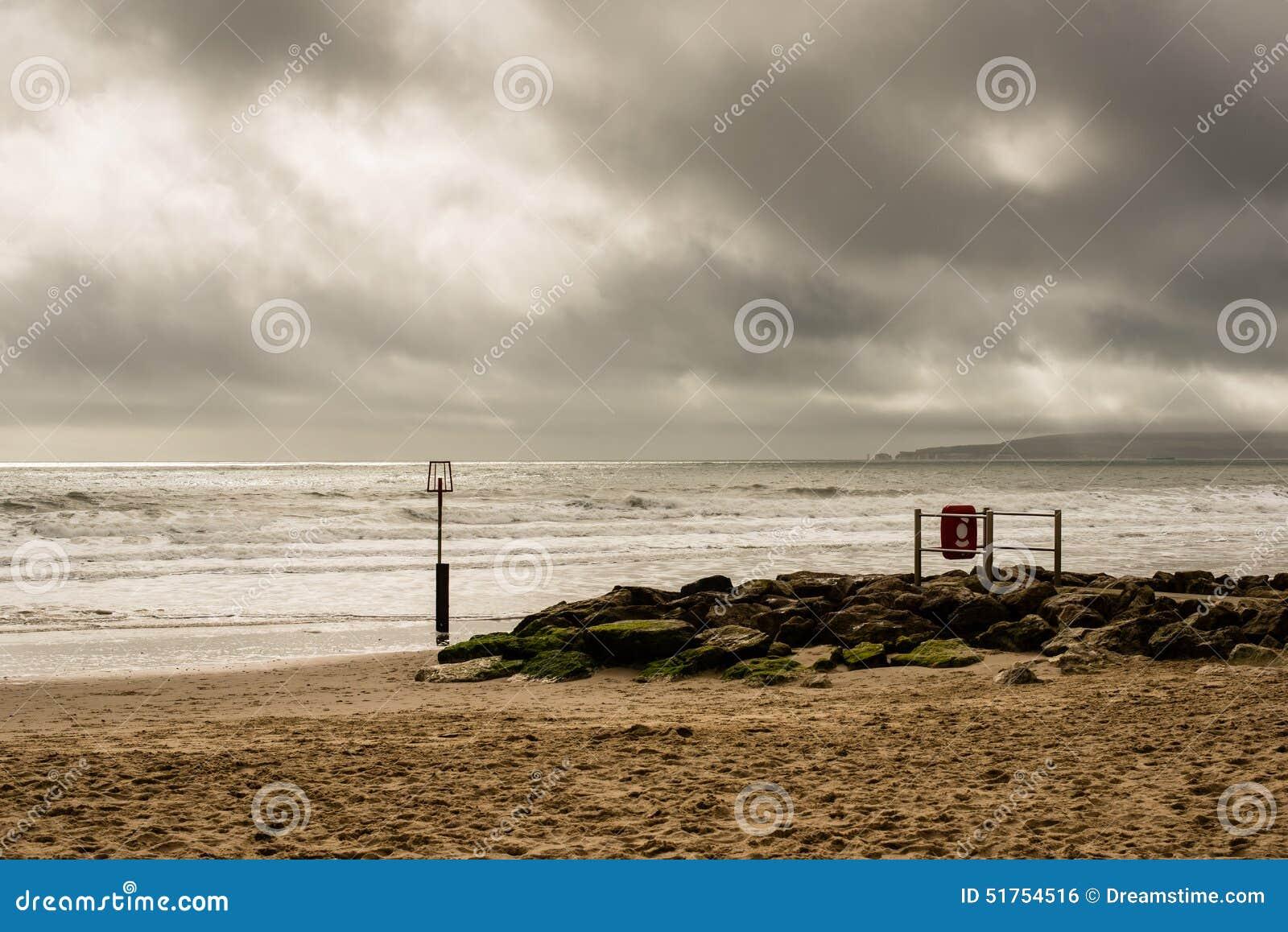 Seascape ensolarado com céu tormentoso