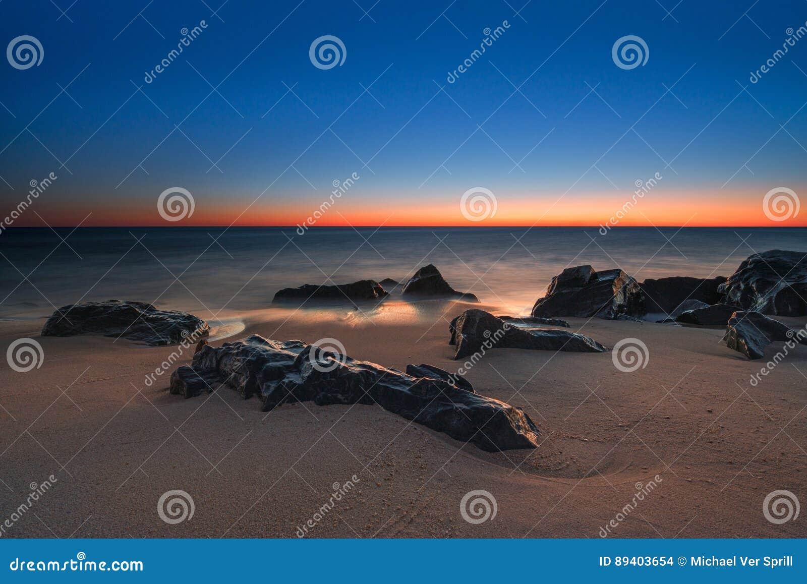 Seascape gelado das rochas no alvorecer