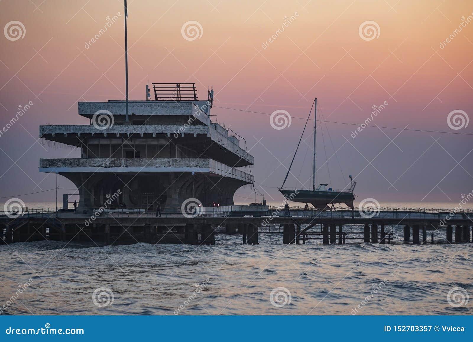 Seascape med sikter av staden