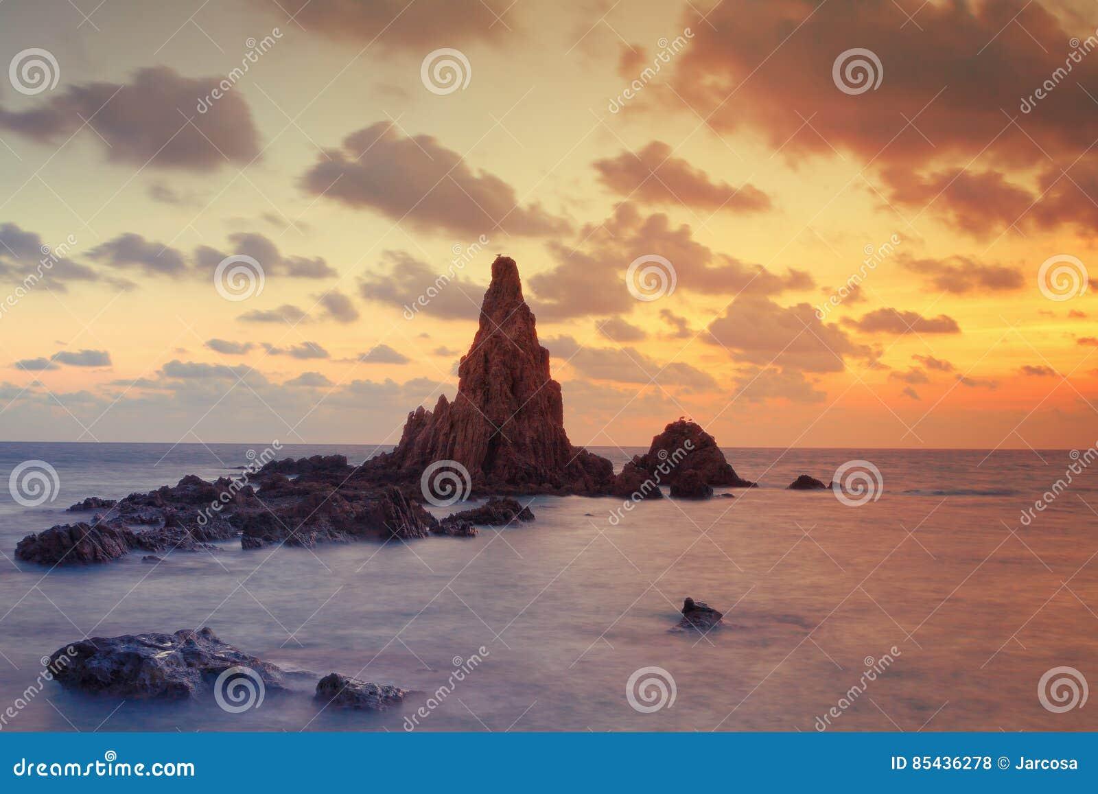 Seascape no por do sol no recife da sereia, Cabo de Gata Natural Park, Espanha