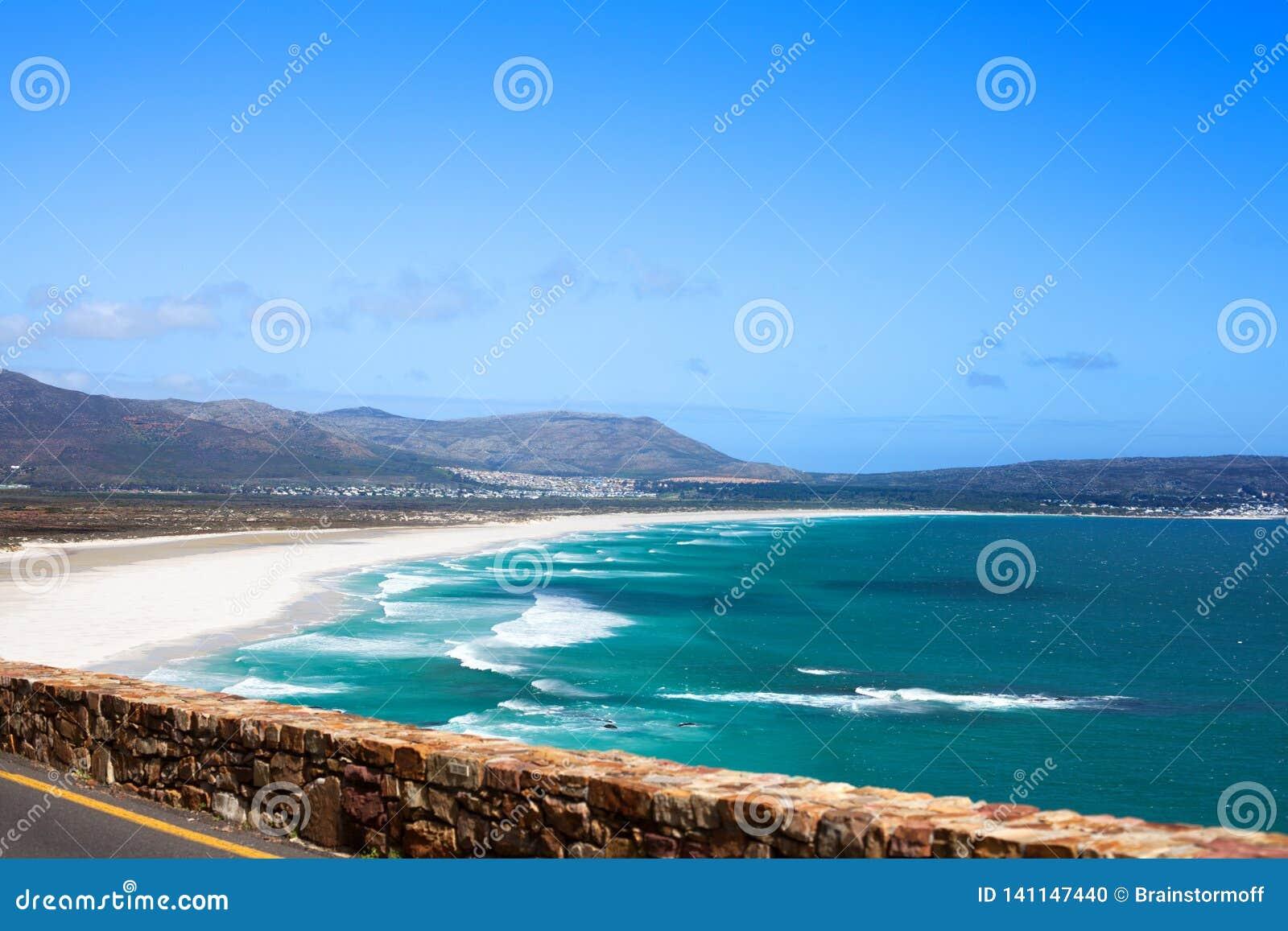 Seascape, ondas de água do oceano de turquesa, céu azul, estrada só da movimentação do pico de Chapmans do panorama da praia da a
