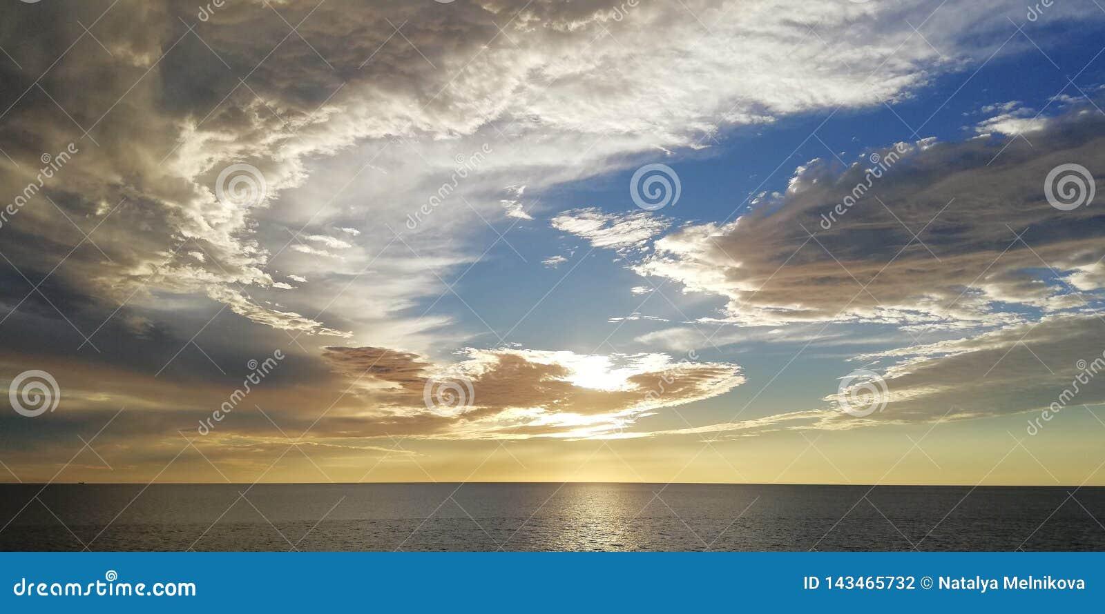 Seascape Ovanliga moln på solnedgången