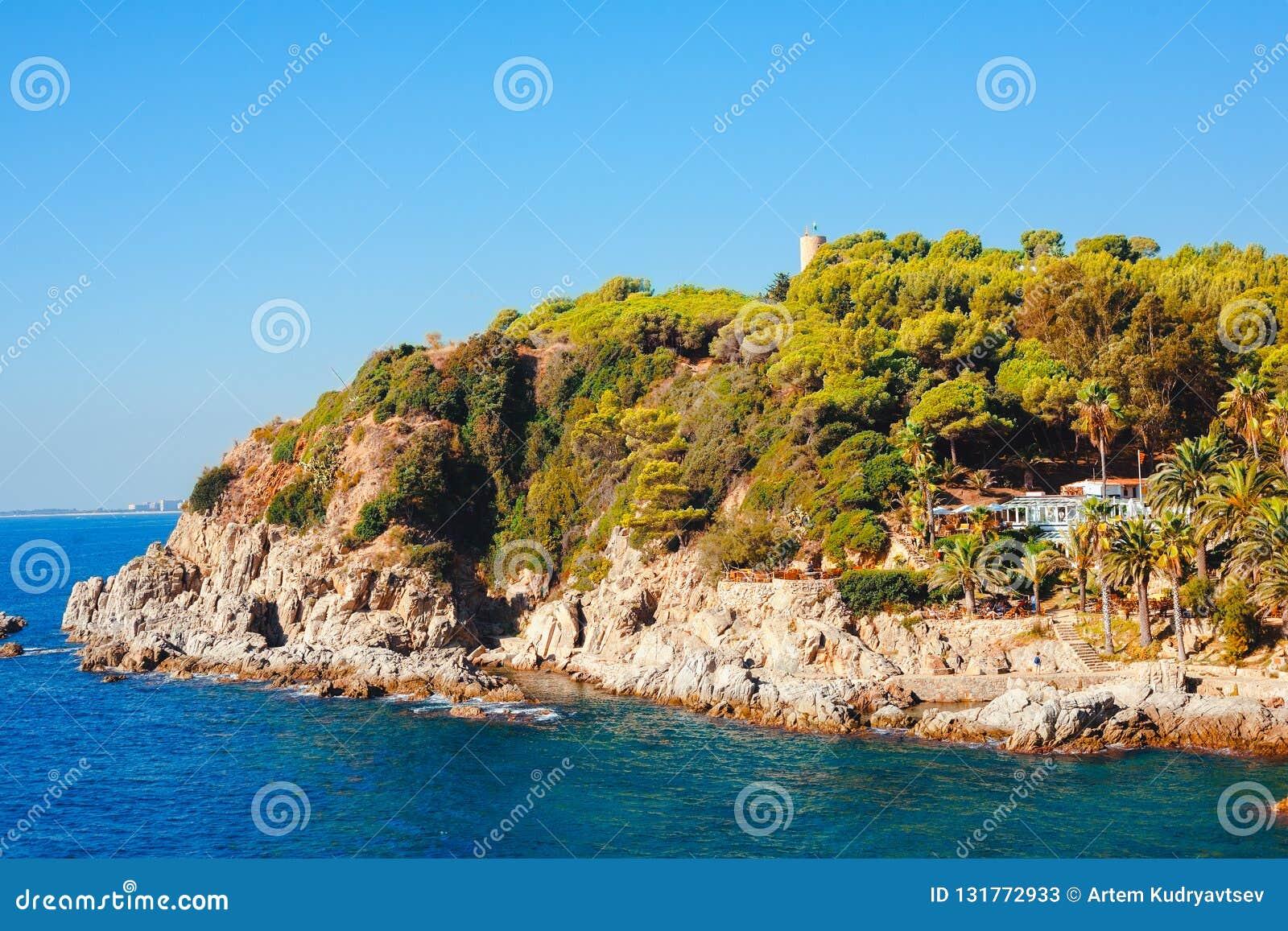 Seascape z skalistą plażą w Lloret De Mar, Costa brava, Hiszpania