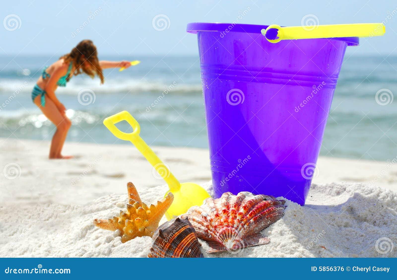 Seashells y juego en la playa