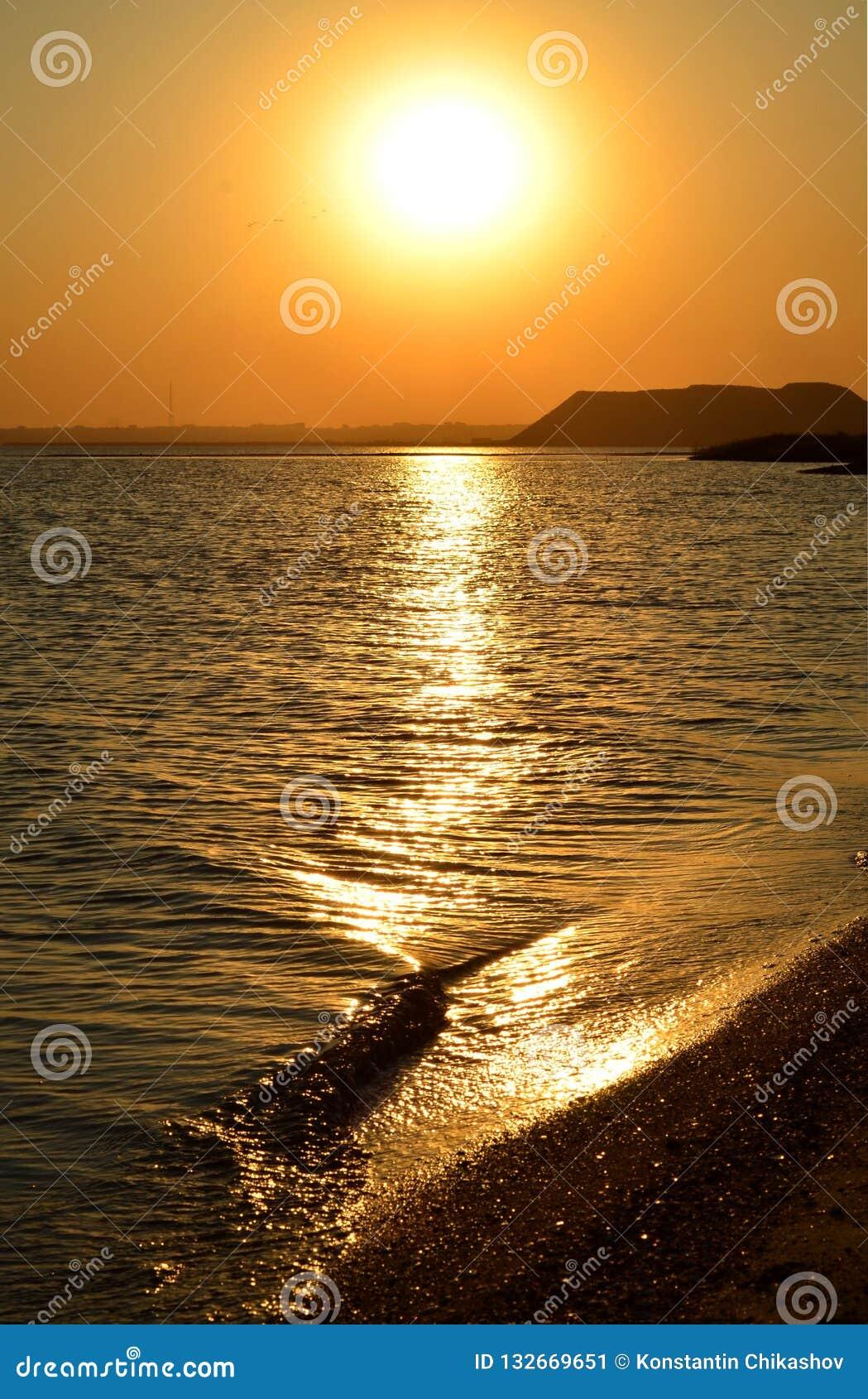 Seashore в вечере, пляж на заходе солнца