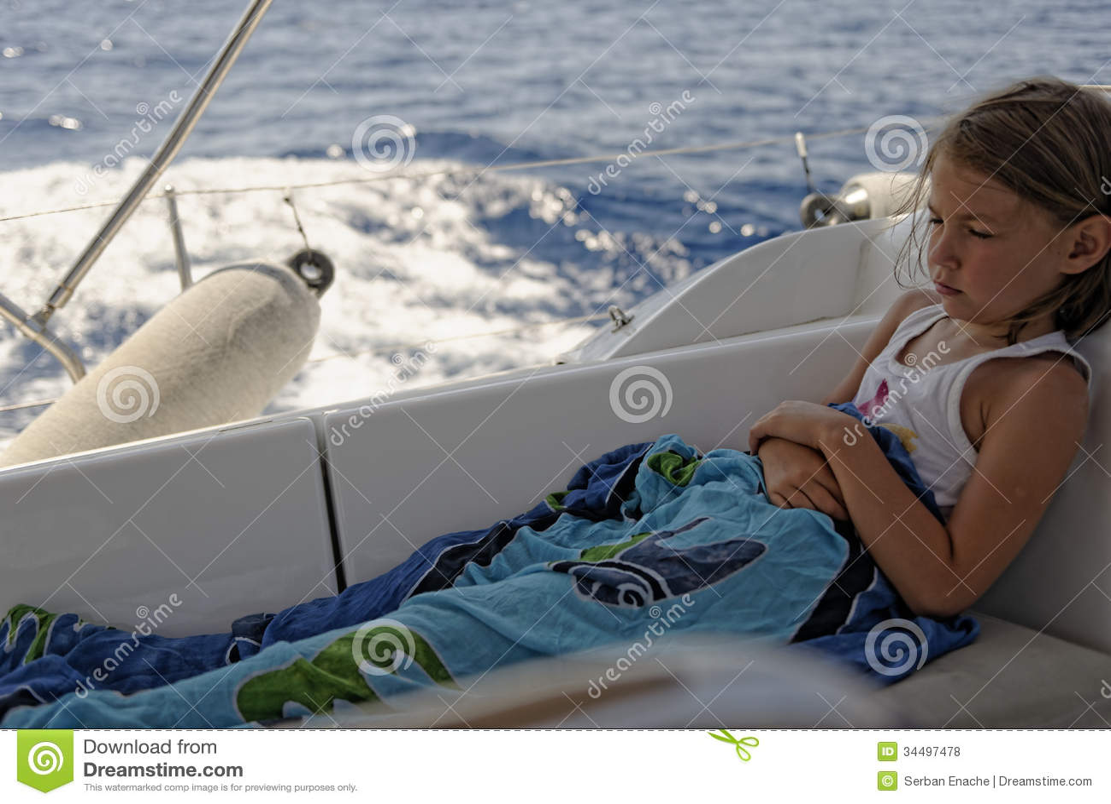 Seasick девушка на паруснике