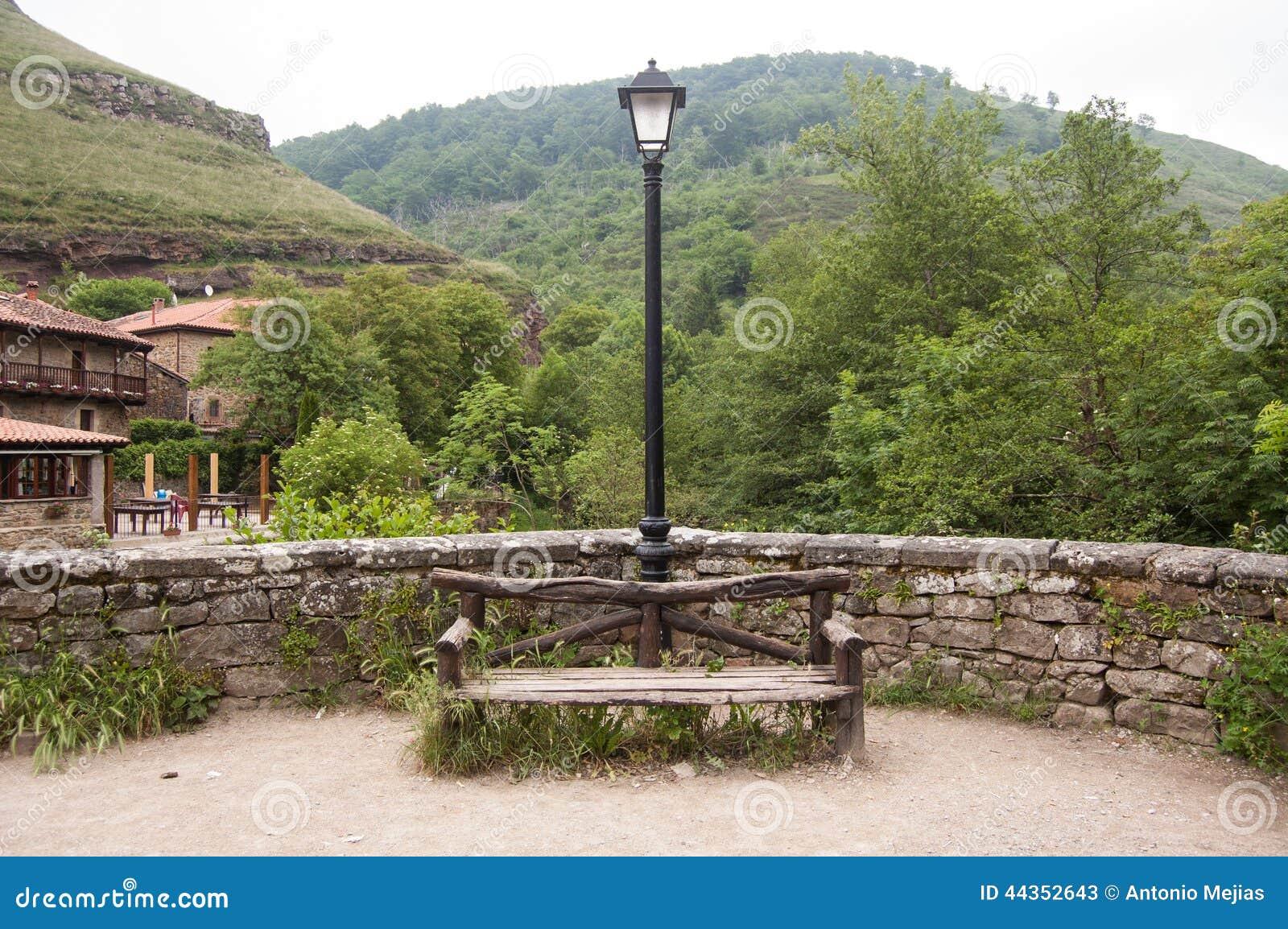 Seat con il palo della luce in foresta
