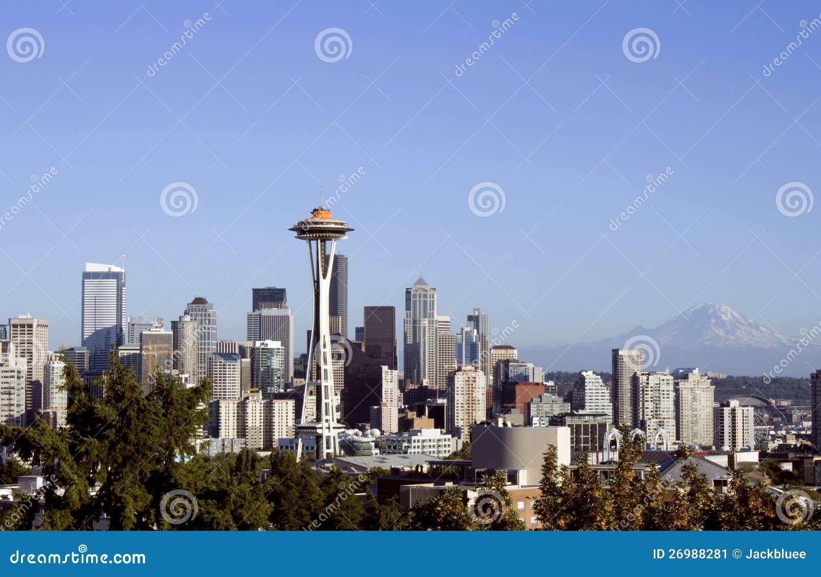 Seattle com agulha do espaço e mt. Mais chuvoso