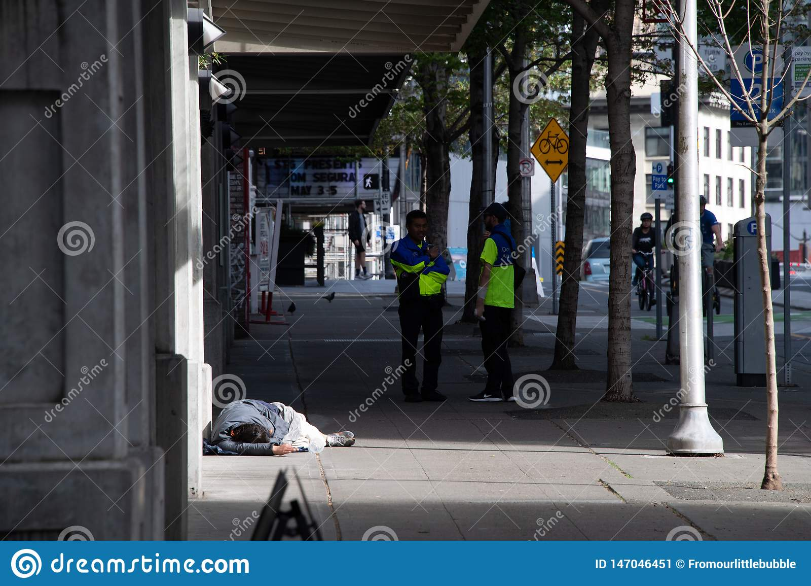 Seattle i stadens centrum ambassadörer på trottoaren bredvid hemlös man