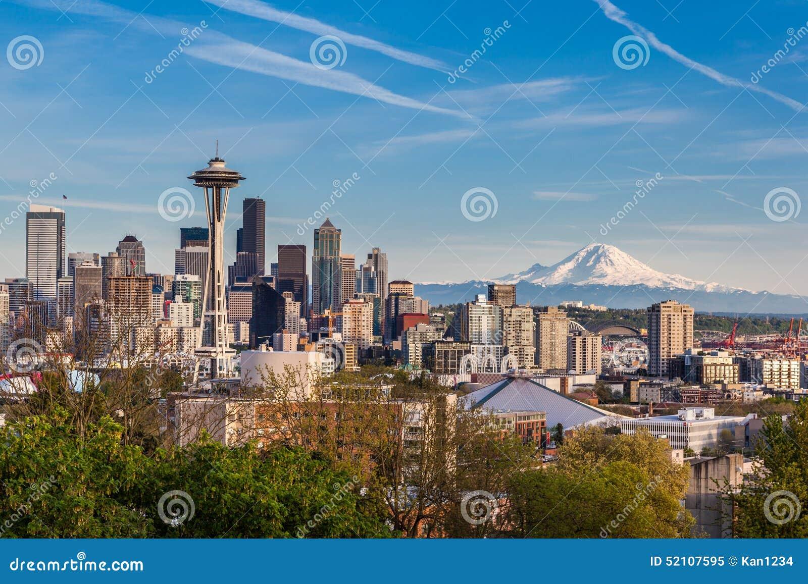 Seattle i stadens centrum horisont och Mt Mer regnig Washington