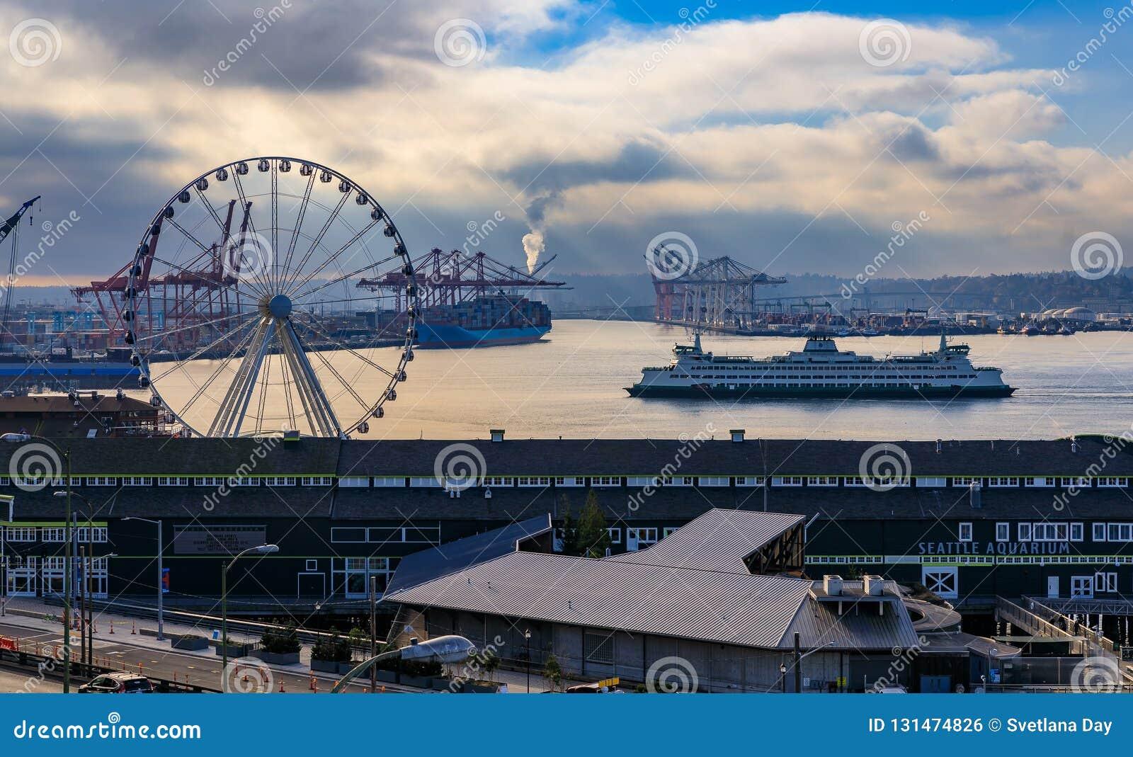 Seattle-Ufergegend mit großem Rad und Puget Sound mit einer Fähre, die in zieht