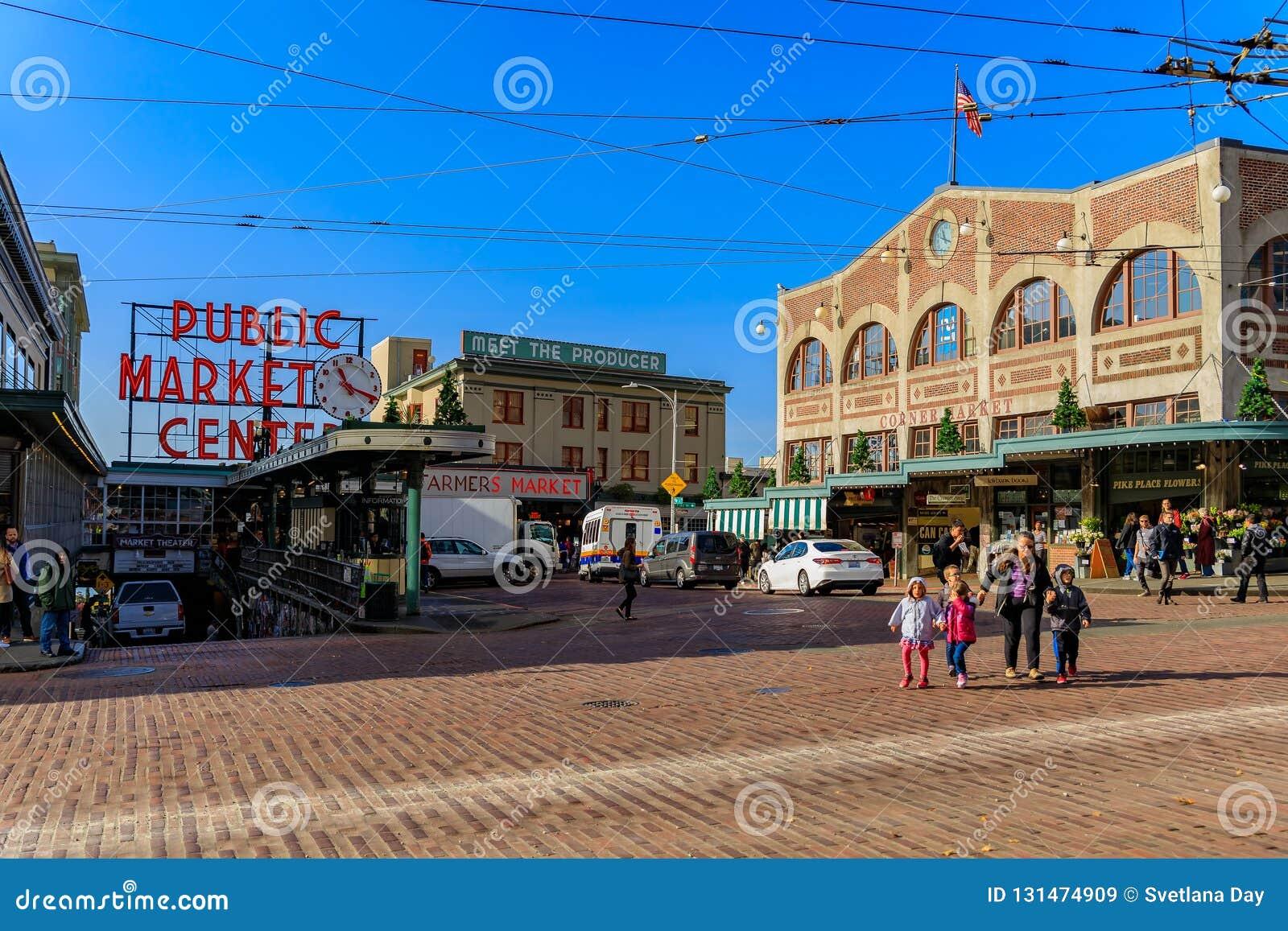 Seattle, vereinigte erwachsene Frau mit den Kindern, welche die Straße vor dem berühmten allgemeinen Markt kreuzen