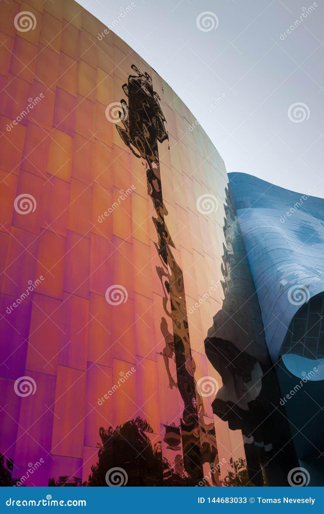 SEATTLE, WASHINGTON, EUA - 4 DE JULHO DE 2014: Reflexão distorcida da agulha do espaço no museu do cultura Pop