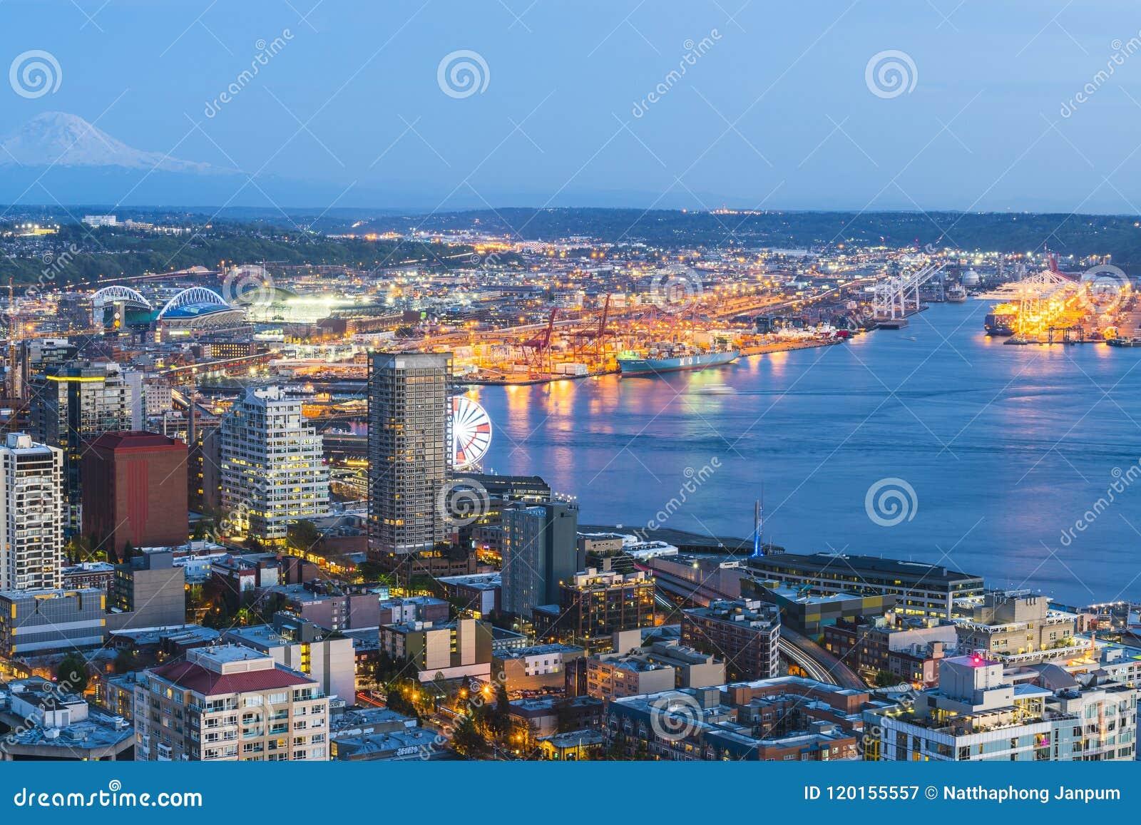 Seattle, Washington, los E.E.U.U. 2016/04/08: hermosa vista abajo de la ciudad