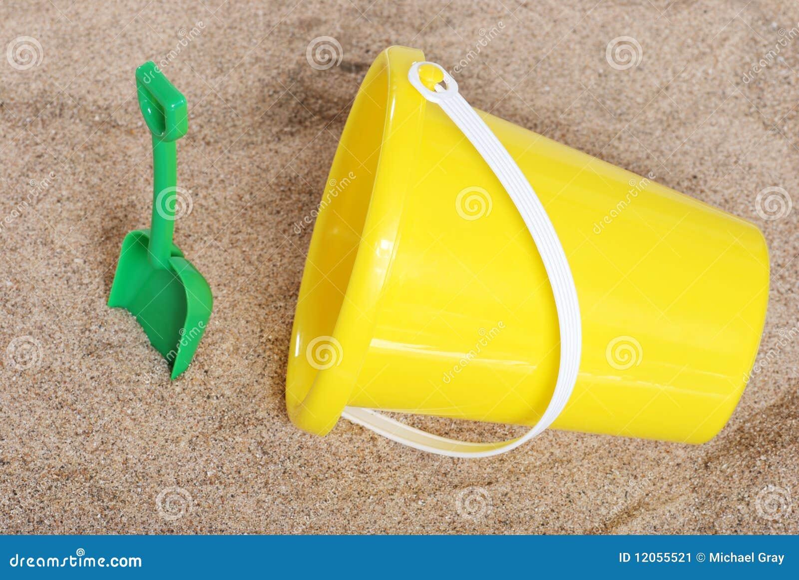 seau et pelle dans le sable image stock image 12055521. Black Bedroom Furniture Sets. Home Design Ideas