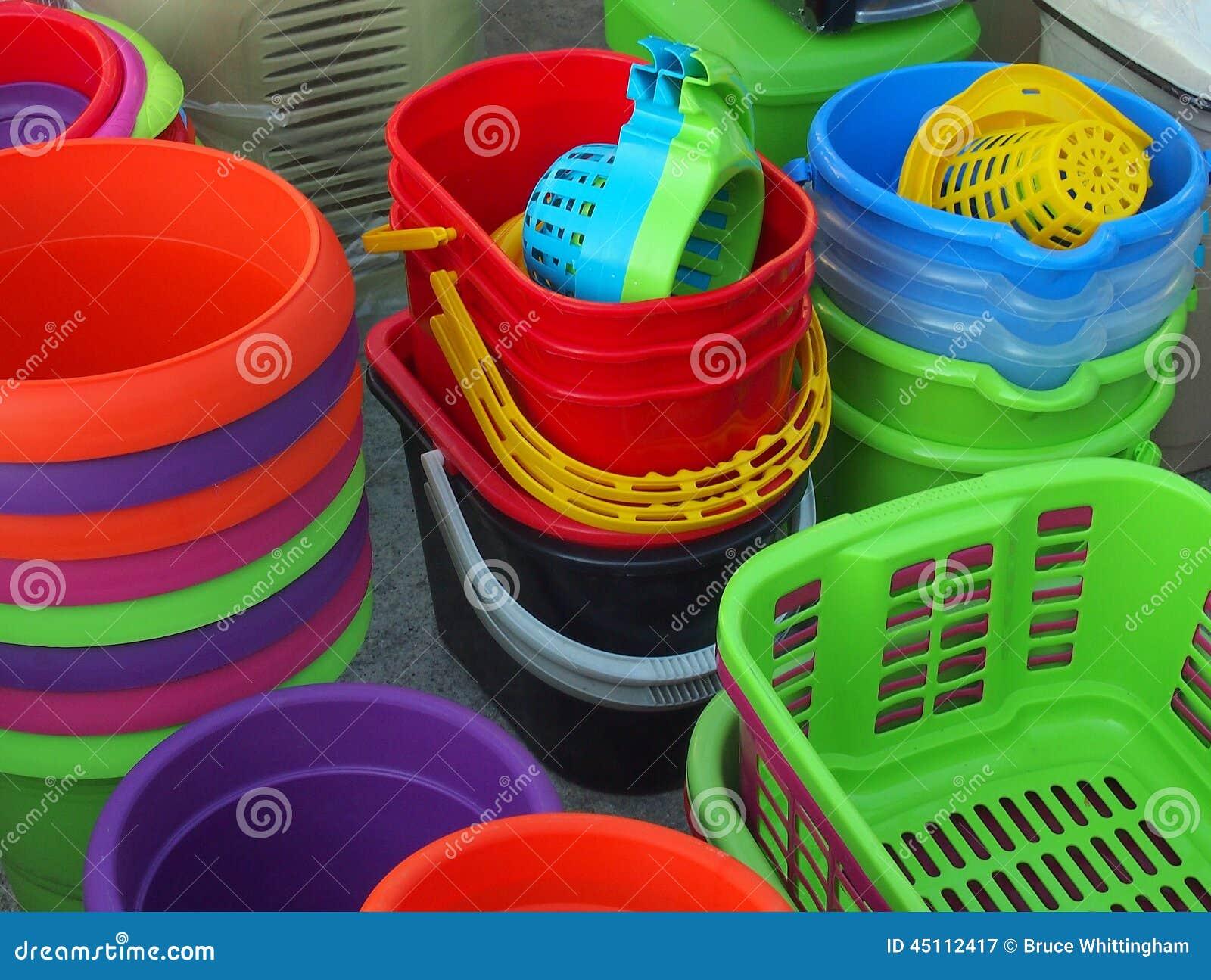 Seaux et paniers en plastique colorés, marché en plein air grec