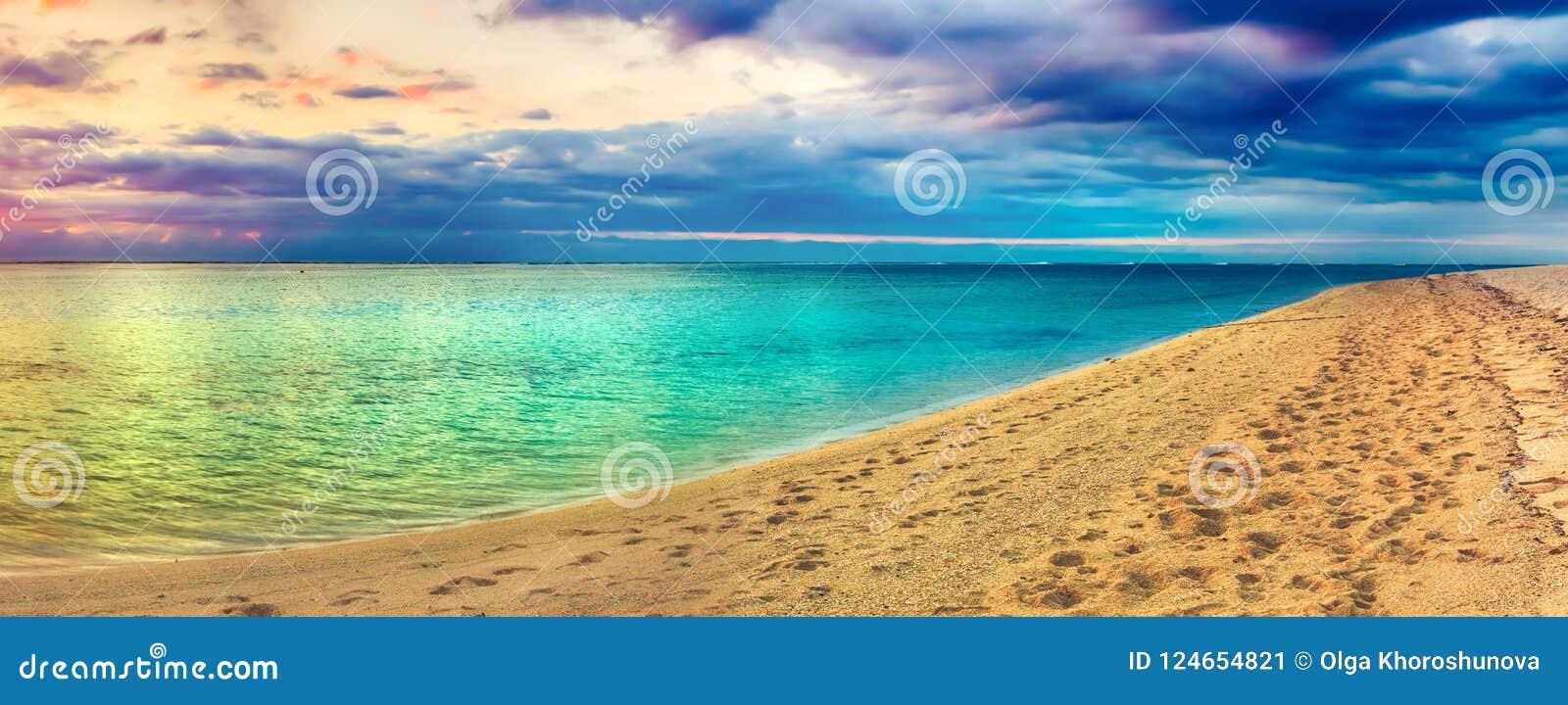 Seaview på solnedgången fantastisk liggande härlig panorama för strand