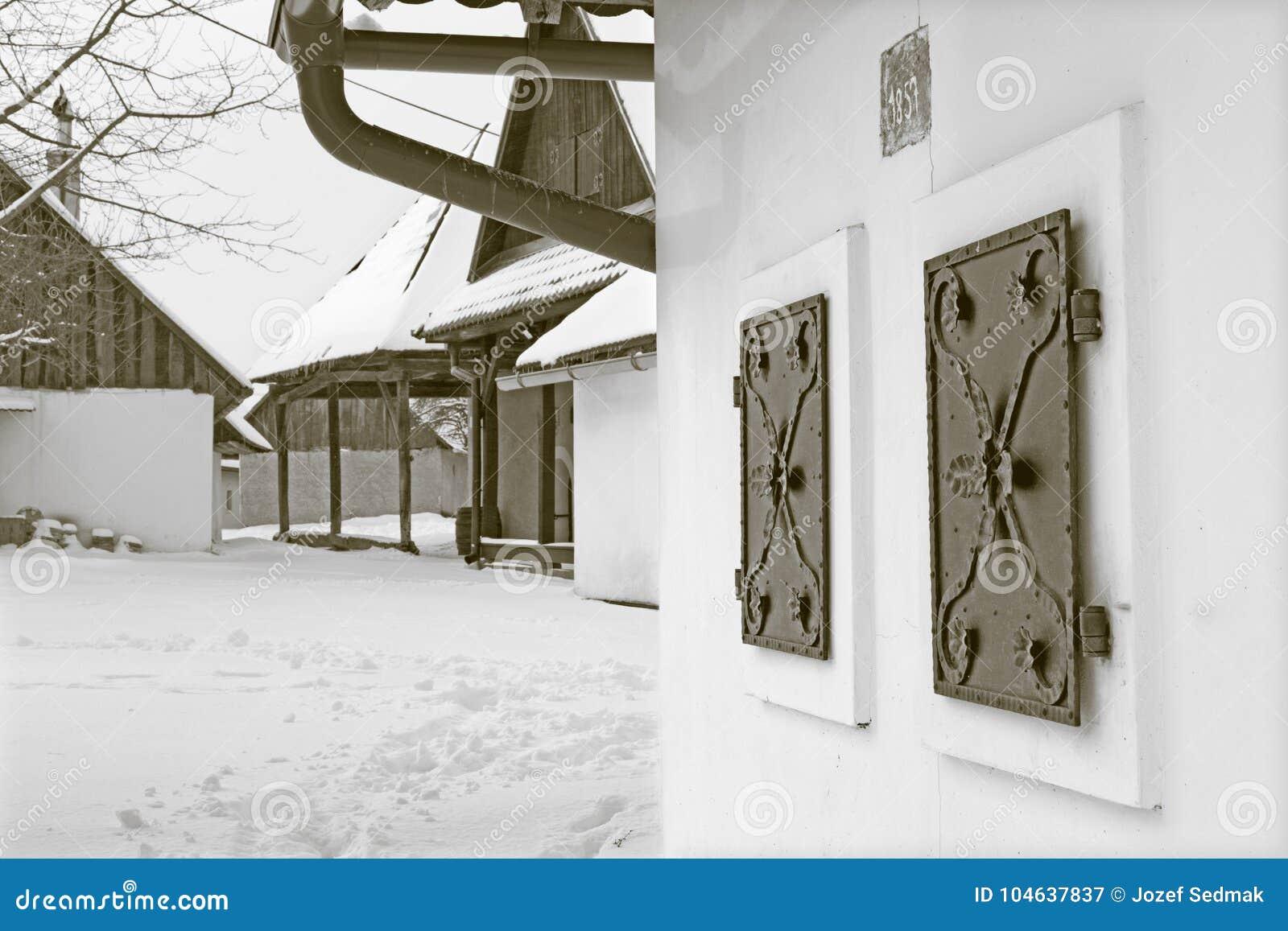 Download Sebechleby - Porticoes Van De Oude Huizen Van De Wijnstokkelder Van Middenslowakije Stara Hora In De Winter Stock Afbeelding - Afbeelding bestaande uit monument, huis: 104637837