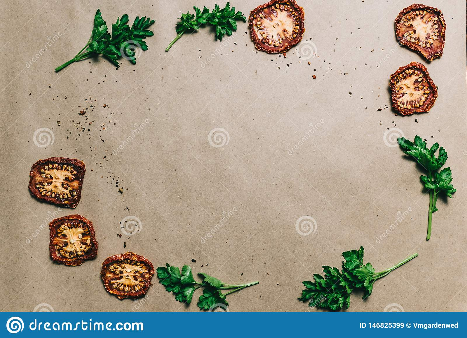 Secó el perejil fresco de los tomates con las especias en el papel