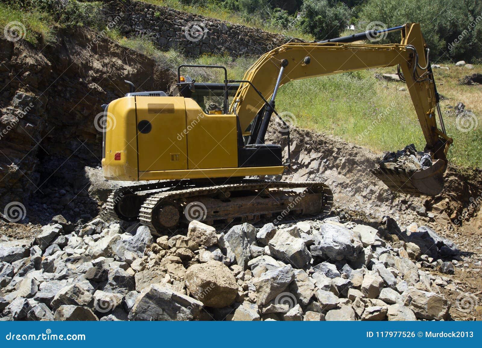 Download Secchio Scavatore In Pieno Delle Rocce Fotografia Stock - Immagine di escavatore, industriale: 117977526