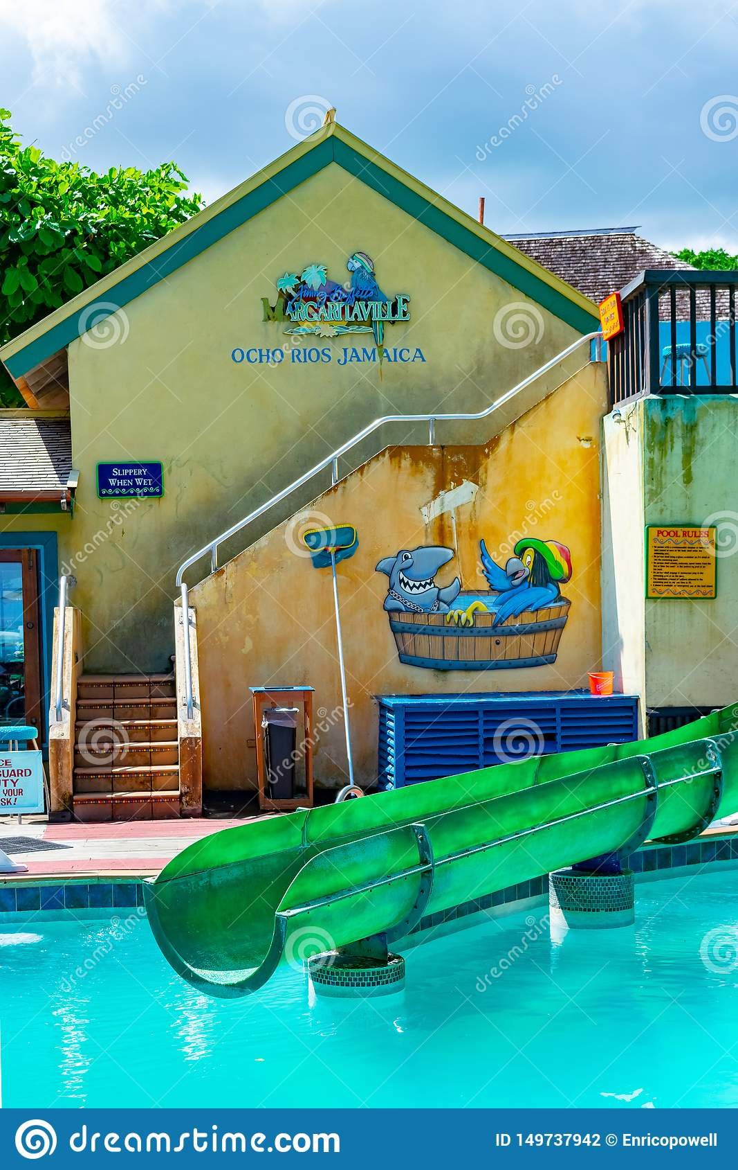 Sección de la piscina y del waterslide dentro de Margaritaville Ocho Rios por la playa cerca del puerto de la tienda de la traves