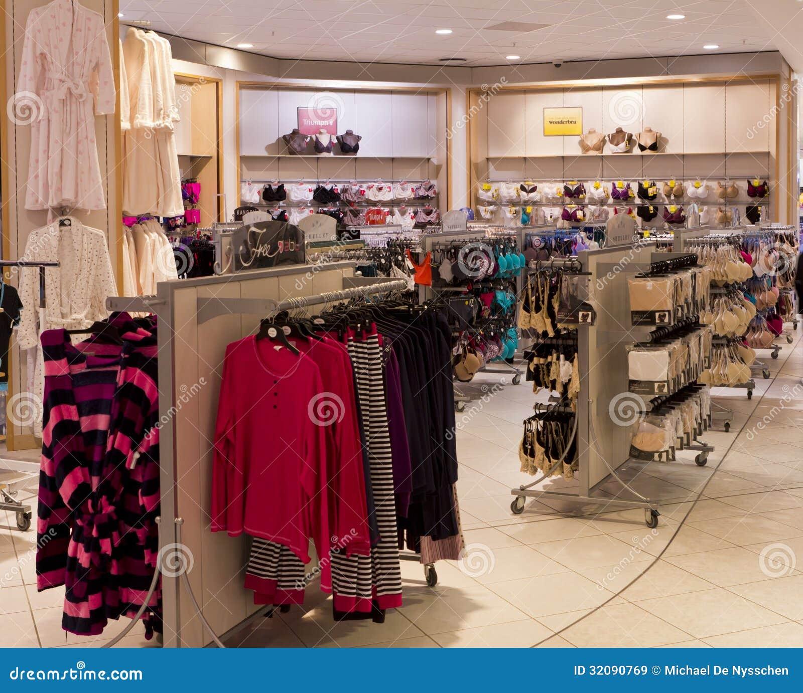 Secci n de la ropa interior en tienda de ropa imagen de for Tias buenas en ropa interior