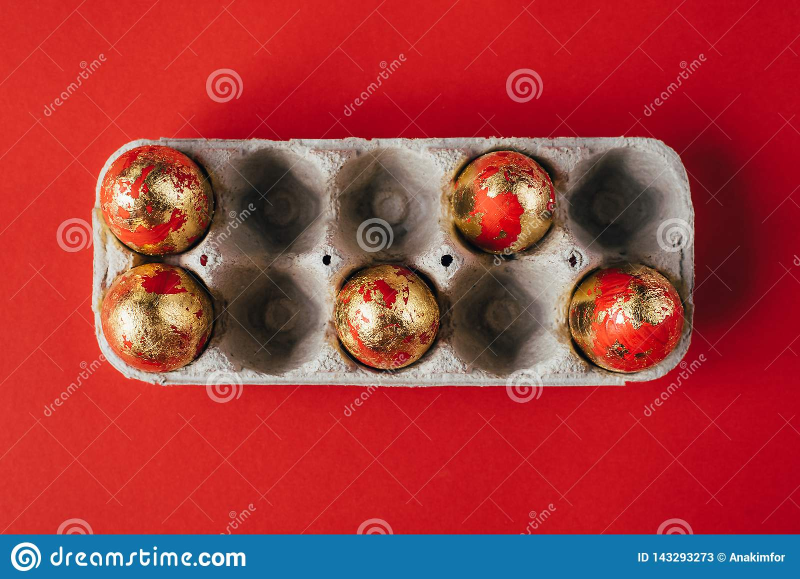 Sechs goldenes gefärbt und verziert mit Scheine Ostereiern im Pappeikasten