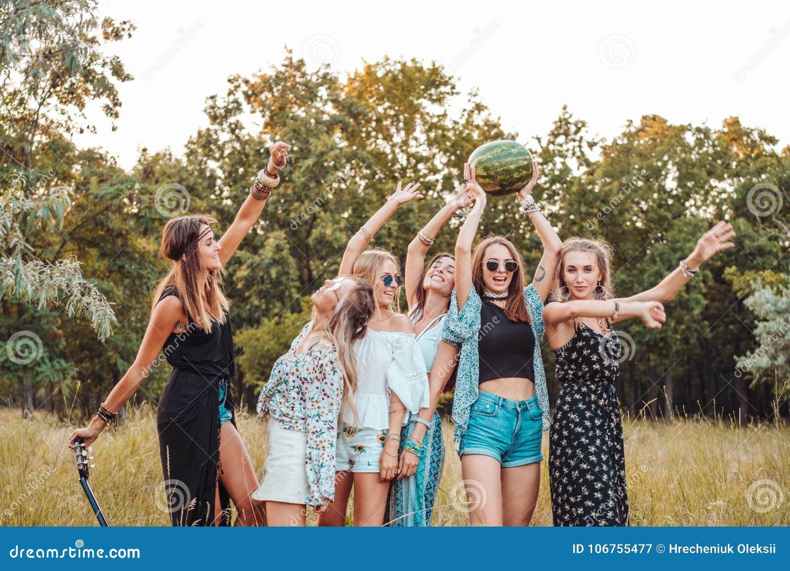 Sechs Mädchen in der Natur haben Spaß