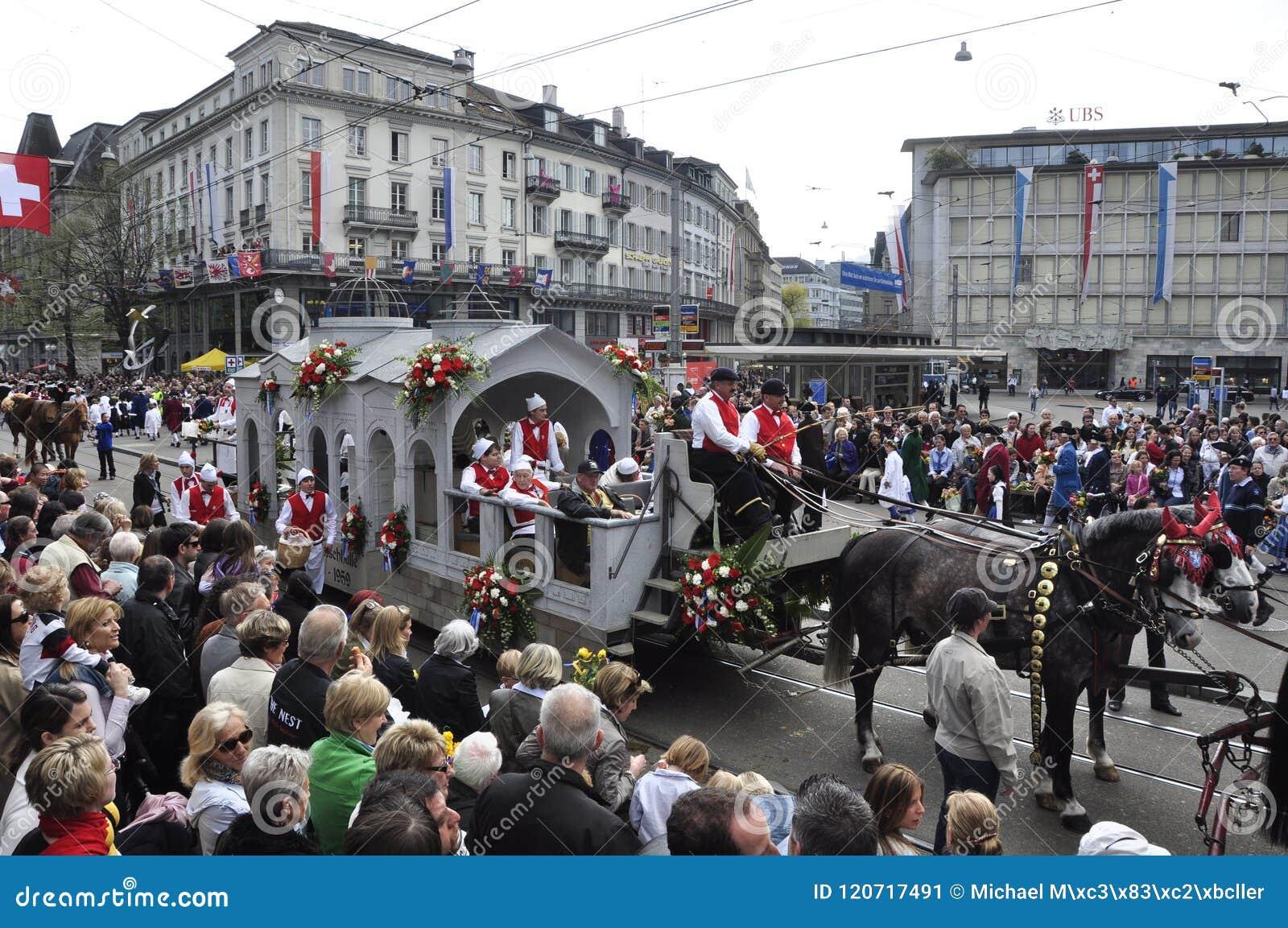 Sechseläuten-défilé : Les masses des peuples dans la riche-ville de ¼ de ZÃ
