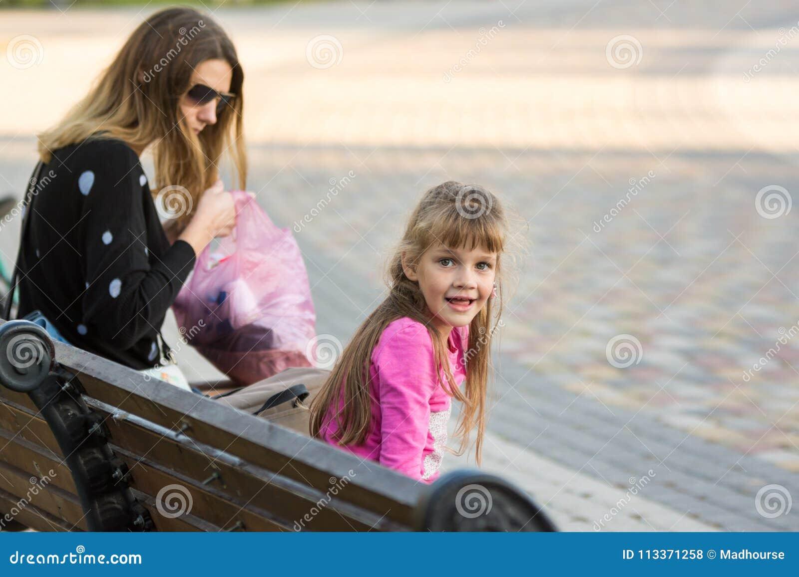 Sechsjähriges Mädchen Und Mutter Saßen Auf Bank Für Einen Weg, Das ...