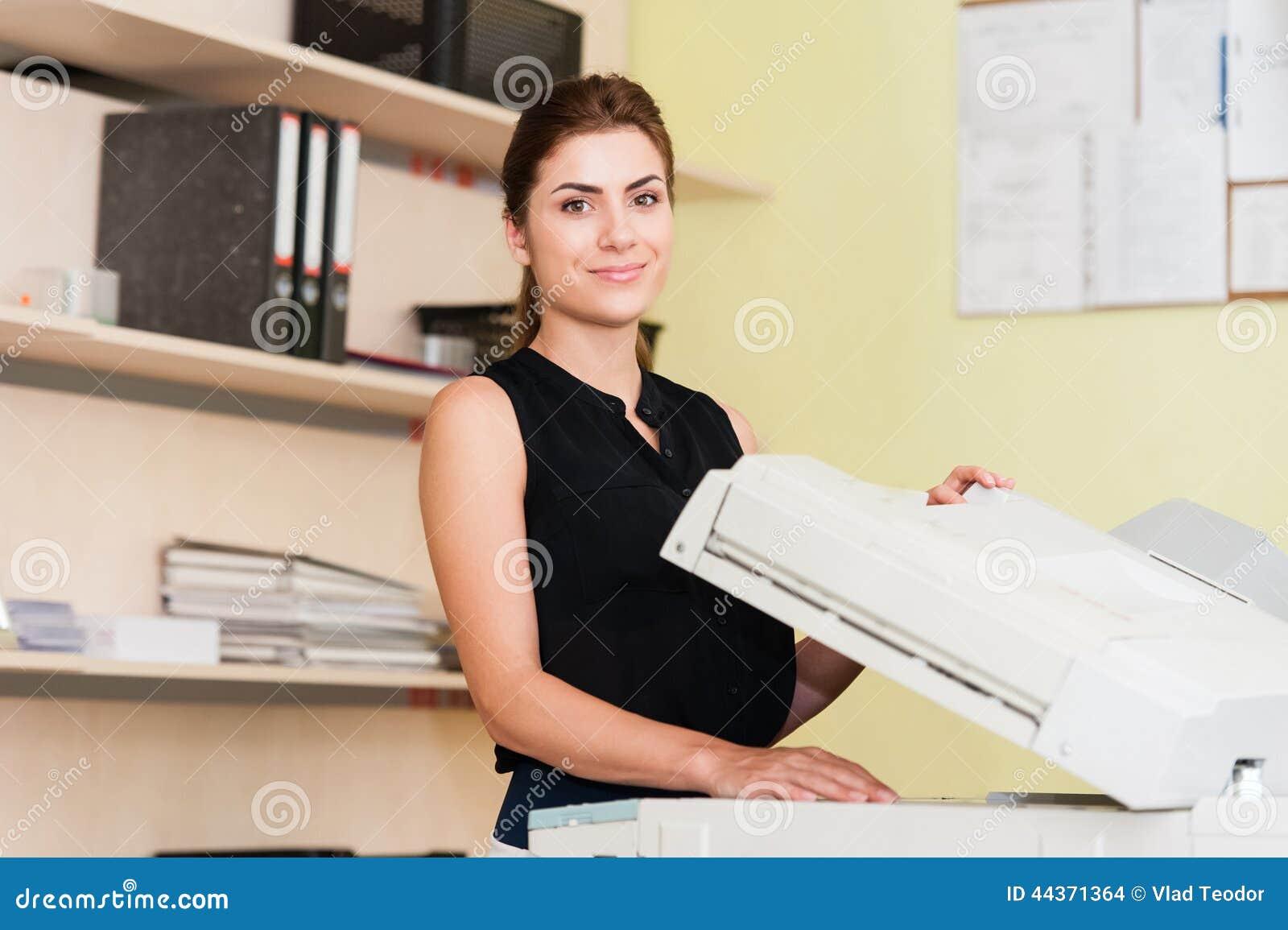Secrétaire assez jeune à l aide d une machine de copie