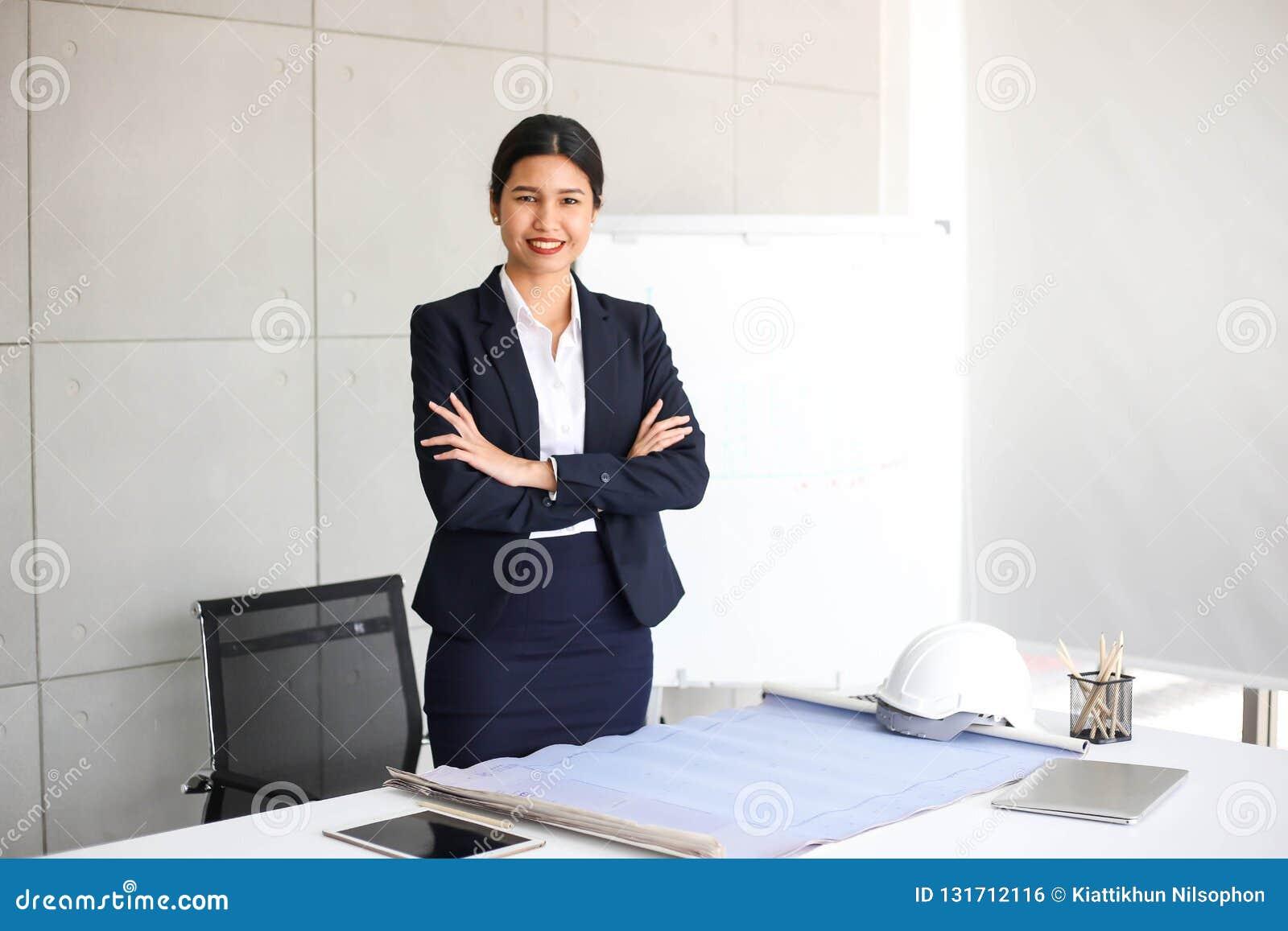 Secretário bonito da mulher de negócio no escritório no local de trabalho, sucesso asiático da mulher para o trabalho seguro para