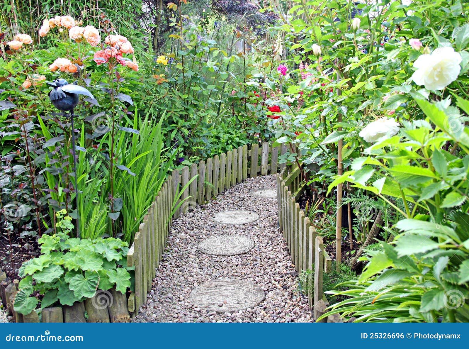 Charmant Secret Garden Path