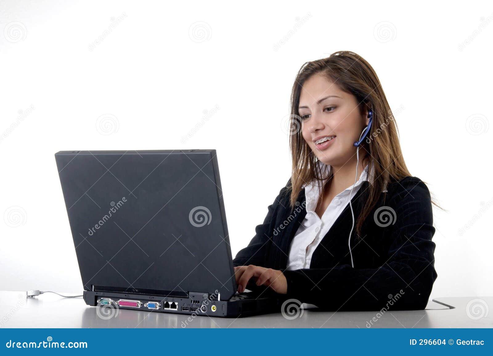 Secretaresse die dragend hoofdtelefoon typt