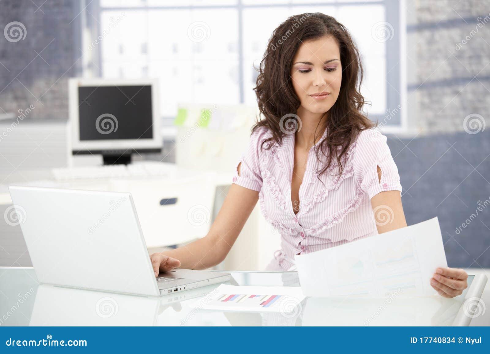 Secretaria atractiva que trabaja en oficina brillante foto for Xxx porno en la oficina