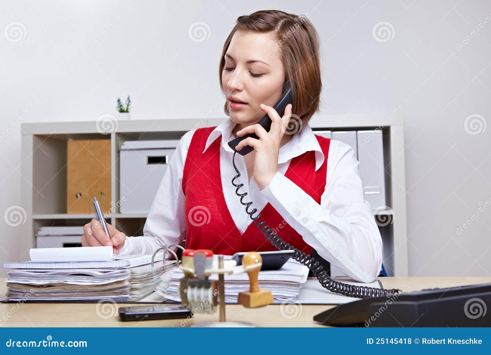 Secretaria en la oficina que toma notas foto de archivo for Xxx porno en la oficina
