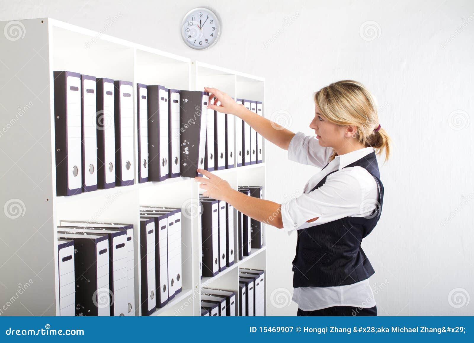 Secretaria en oficina fotograf a de archivo libre de for Ficheros para oficina