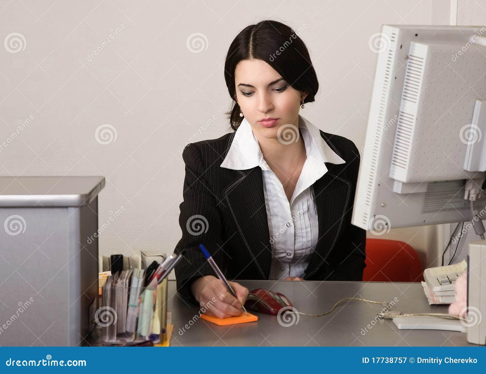 Secretaria en una oficina imagen de archivo imagen de for Una cenicienta en la oficina