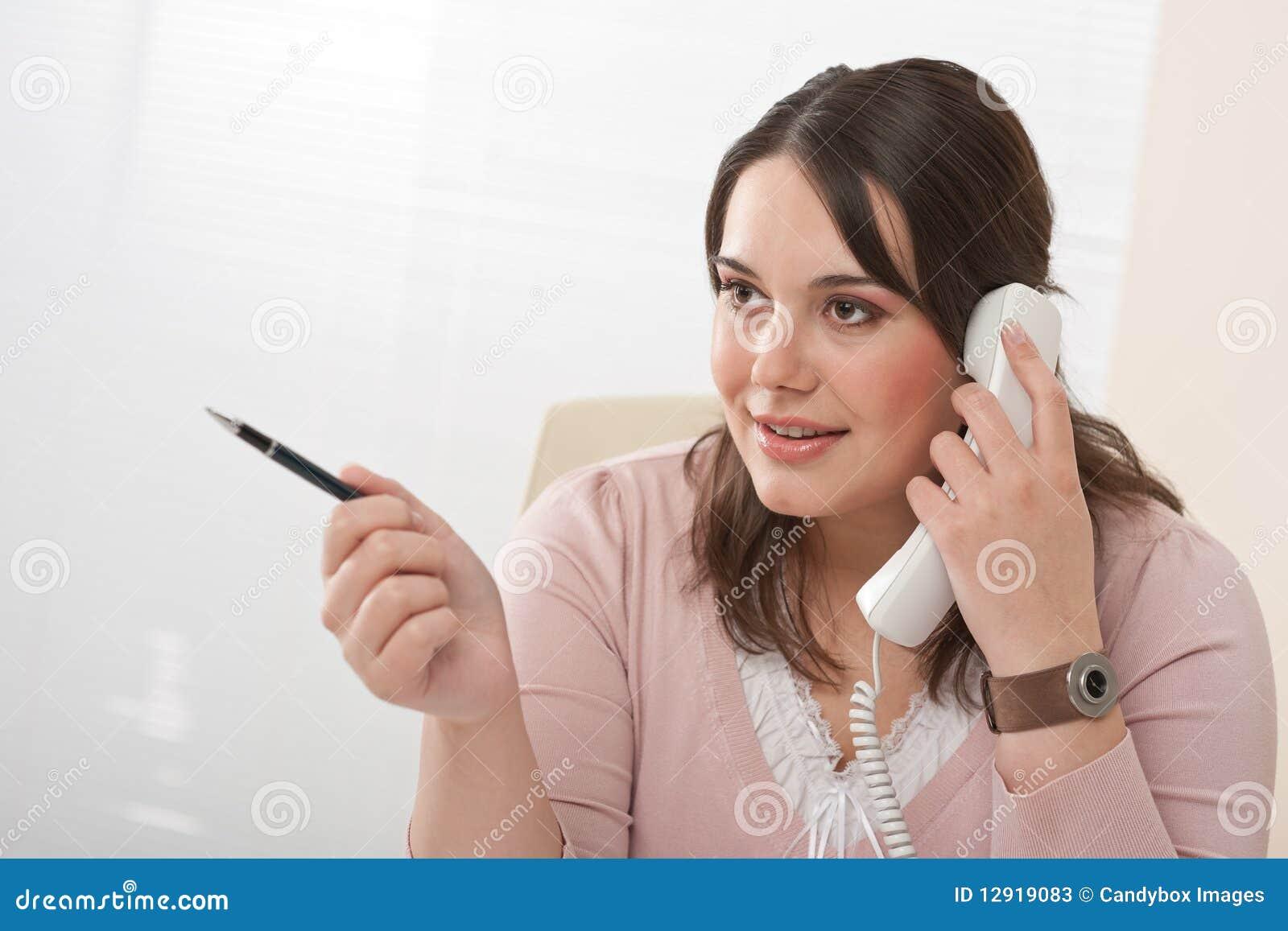 Secretaria joven en el tel fono en la oficina moderna for Telefono de la oficina