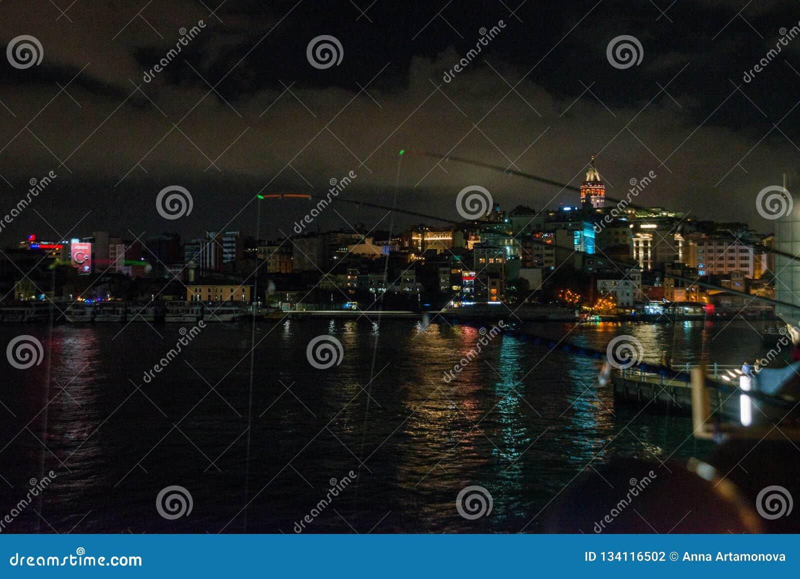Secteur de Galata ou de Beyoglu d Istanbul la nuit, Turquie C est l un des endroits de touristes principaux à Istanbul Beau panor